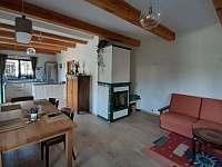 Apartmán v přízemí - hlavní místnost s kuchyní - pronájem chalupy Lásenice