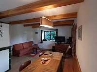 Apartmán v přízemí - jídelní stůl s lavicí - chalupa k pronájmu Lásenice