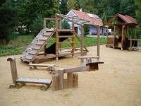 Dětské hřiště za penzionem. - ubytování Vlkov