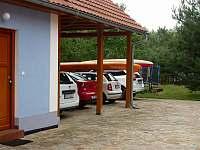 Parkování na uzavřeném dvoře - Vlkov