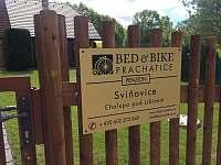 Tabulka na plotě - chalupa k pronajmutí Sviňovice