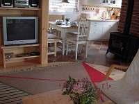 obývací místnost + jídelna - chata k pronajmutí Cetoraz