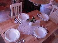 stůl v jídelně