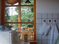 výhled z kuchyně na terasu