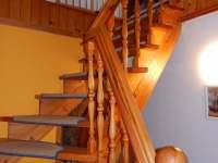 Schody do patra - chalupa k pronajmutí Stříbřec