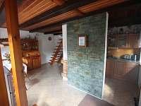 Přízemí chaty - společenská místnost a kuchyň