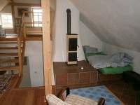 Spaní za komínem v podkroví