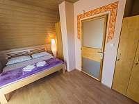 Ložnice č.1 s balkonem - chata k pronájmu Vlachnovice