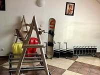 Prostor v hale pro lyže/snowboard/kola/kočárky - apartmán k pronájmu Lipno nad Vltavou