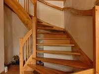 schodiště do patra - rekreační dům k pronájmu Chlum u Třeboně