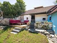 Dolní zahrada s terasou a grilem - pronájem chalupy Rožmberk nad Vltavou