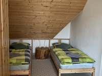 Ložnice v patře pro 3 - pronájem chalupy Varvažov