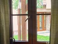 Okno z kuchyně - chalupa k pronajmutí Varvažov