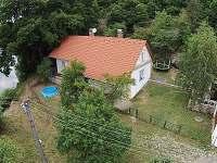 letecký pohled na chalupu a dvorek - k pronajmutí Hutě u Bechyně