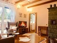 Obývací pokoj s kachlovými kamny a vstup na terasu - Třeboň