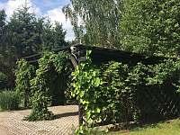 Parkování v zahradě pod pergolou - Třeboň
