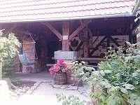Pergola - pohled ze dvora. Uvnitř krb na grilovačky a velký dubový stůl