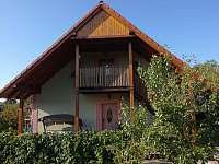 Zadní část domu se schodištěm a terasou - rekreační dům ubytování Domanín