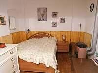 dvojpostel v obývací místnosti - chalupa k pronajmutí Pohorská Ves