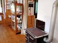 krbová kamna v kuchyni - chalupa k pronajmutí Pohorská Ves