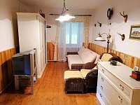 obývací pokoj s rozkládací pohovkou - chalupa k pronájmu