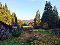 Podzimní výhled do zahrady - chalupa k pronájmu Pohorská Ves