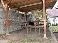 Venkovní posezení s krbem - chata ubytování Lásenice