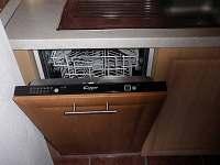 kuchyně-myčka - chata ubytování Neznašov