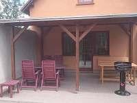 Zastřešená terasa s posezením - chalupa ubytování Frahelž