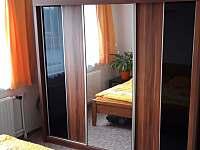 manželská postel-skříň - chalupa ubytování Vodňany