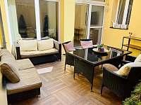 Veliký plně soukromý dvůr v přízemí domu - posezení pro 8 osob - rekreační dům ubytování Třeboň