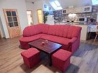 Podkrovní byt, kuchyně s obývacím pokojem - apartmán k pronajmutí Mojné