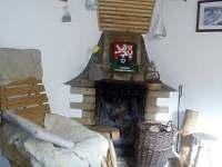 Hlavní místnost s krbem - chata k pronajmutí Hutě u Bechyně