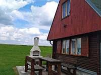 Venkovní posezení s výhledem na rybník- u stolu je velký hospodský slunečník3x3m - pronájem chaty Bechyně