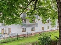 Pohled na celý dům od rybníka - pronájem apartmánu Český Krumlov
