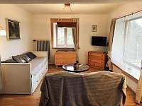Obývací pokoj + ložnice - chalupa k pronajmutí Velký Pěčín