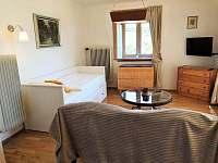 Obývací pokoj + ložnice - chalupa k pronájmu Velký Pěčín