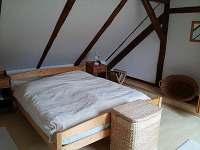 bílá ložnice - s manželskou postelí a dětskou postýlkou - chalupa k pronájmu Stoječín