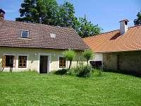 pohled na chalupu z vnitřního dvora - ubytování Stoječín