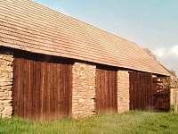 pohled na stodolu ze zadní strany - chalupa ubytování Stoječín