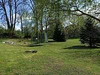 Zahrada s trampolínou - apartmán k pronajmutí Velké Skaliny