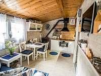 Obývací prostor s kuchyní - pronájem chaty Roudná u Soběslavi