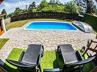 Zahrada s bazénem se zastřešením - chata k pronajmutí Roudná u Soběslavi