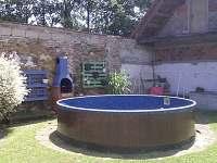 bazén na dvoře s grilem