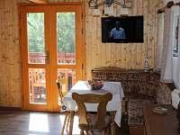 Jídelní koutek s dveřmi na terasu