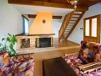 Obývací pokoj s krbem - chata ubytování Nuzice u Bechyně