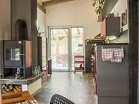 kuchyně z boku - pronájem apartmánu Jindřichův Hradec - Rodvínov