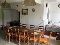Posezení v kuchyni, kamna s výměníkem, spaní na podestě - pelíšek - chalupa k pronajmutí Bělá
