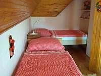 Ložnice (4 lůžka, 2 vedle sebe jako letiště a 2 oddělená + vysouvací přistýlka) - chata k pronajmutí Kunějov