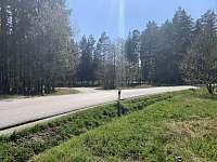 Výhled od domu na rybník přes cestu - chalupa k pronájmu České Velenice